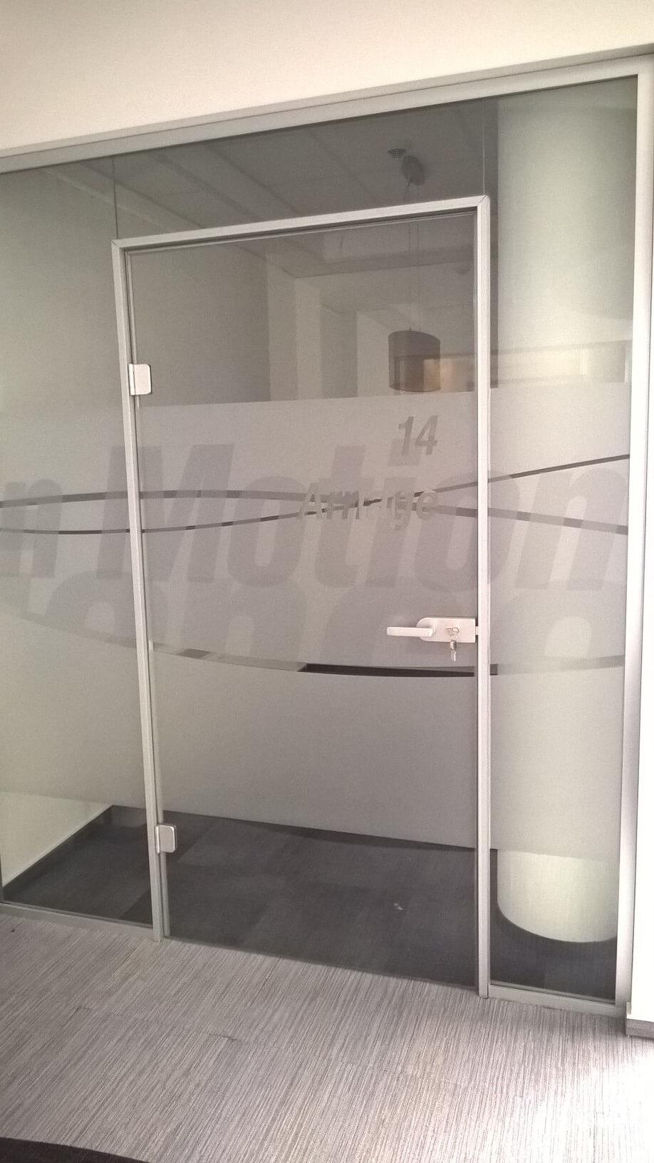 Üvegkorlát, irodafal 23