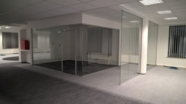 Üvegkorlát, irodafal 3