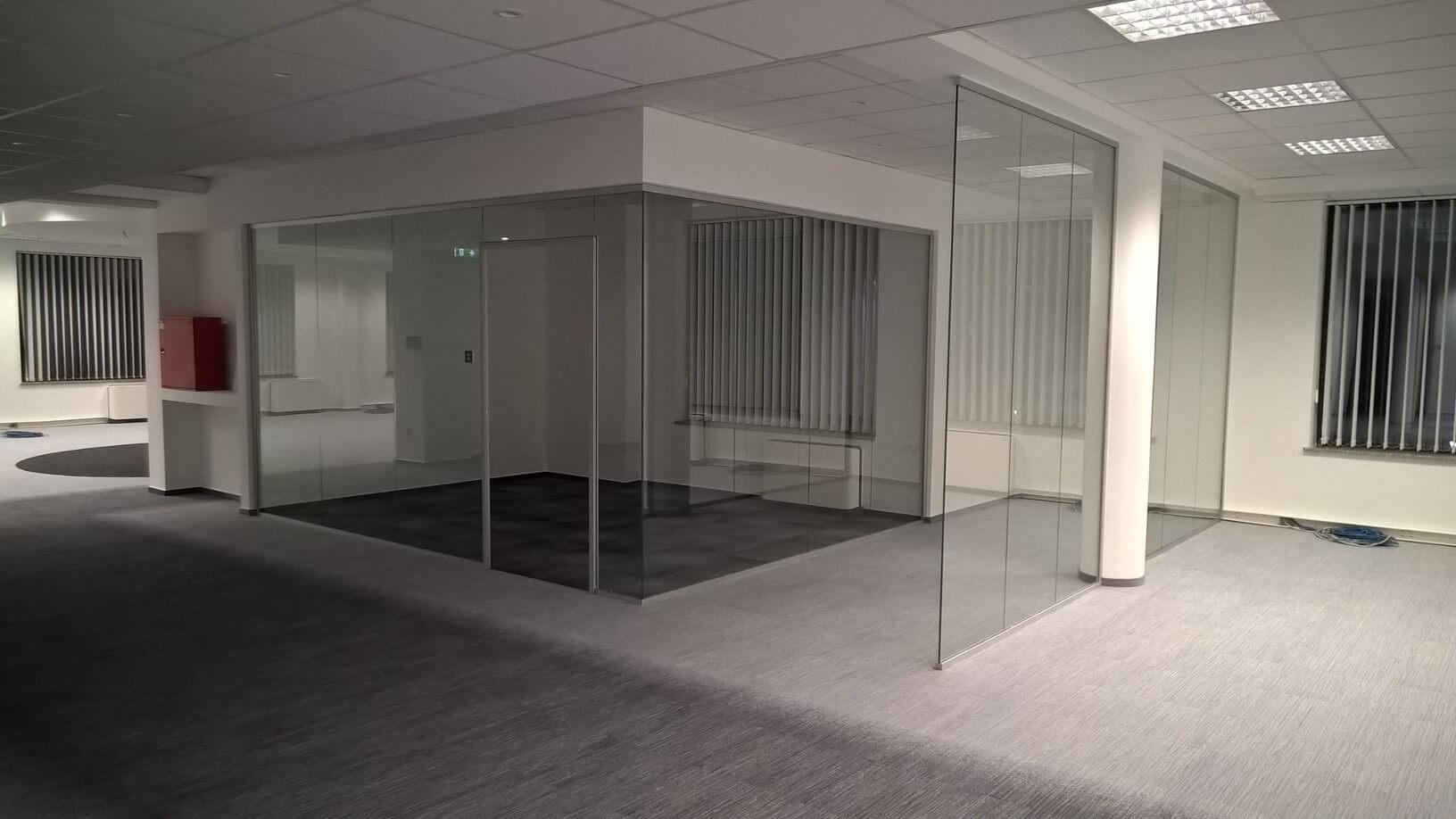 Üvegkorlát, irodafal 24