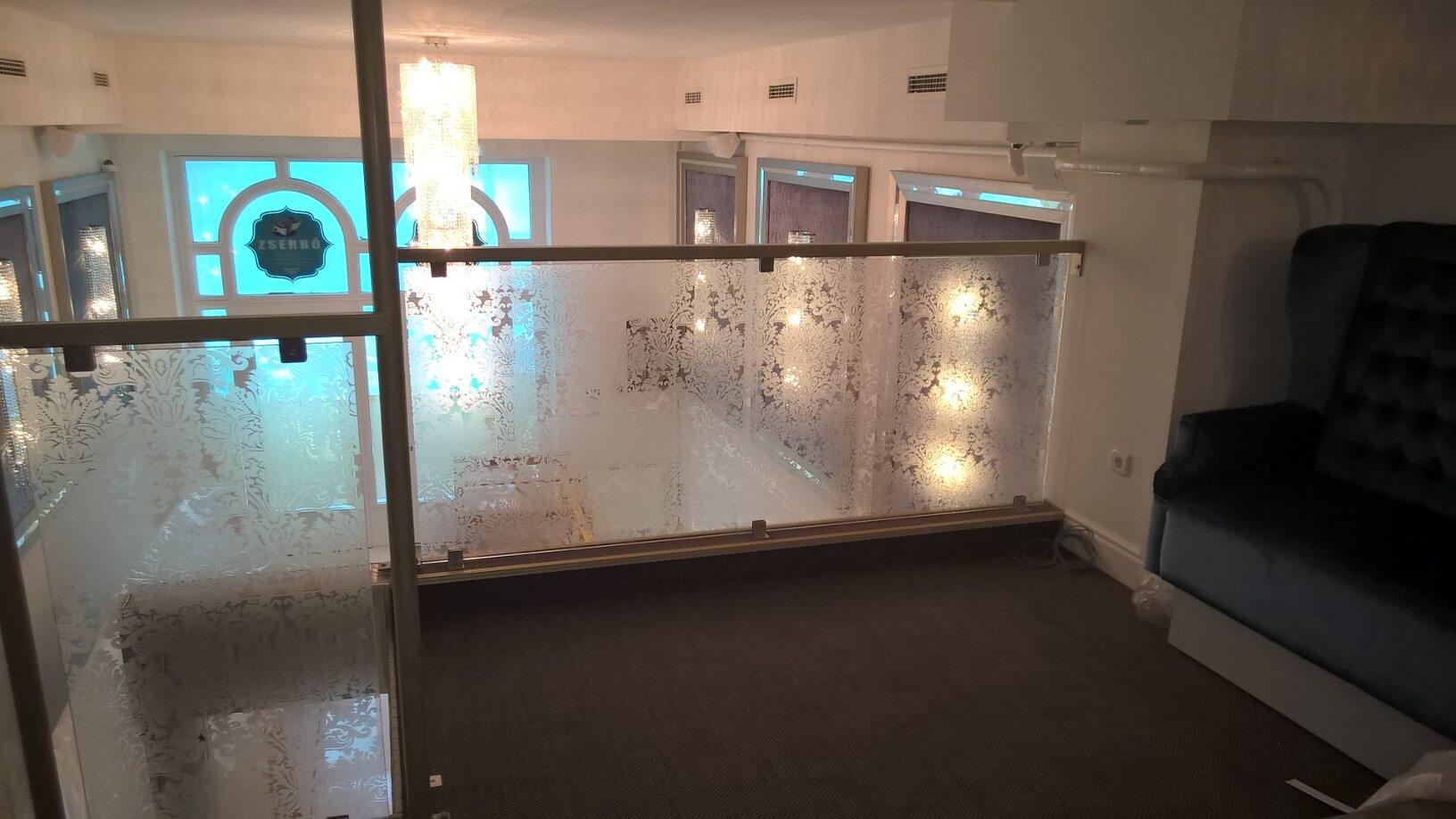 Üvegkorlát, irodafal 28