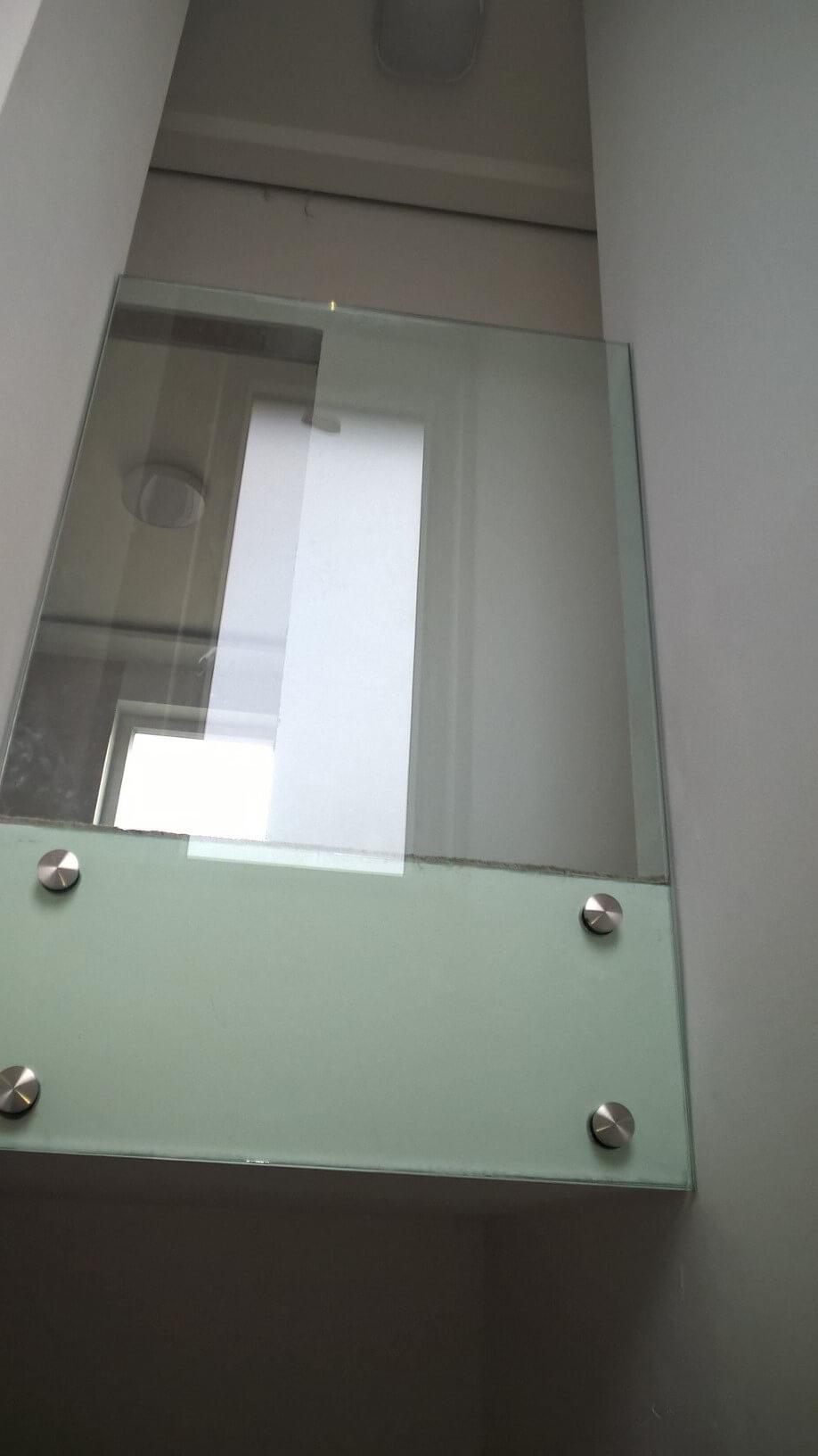Üvegkorlát, irodafal 35
