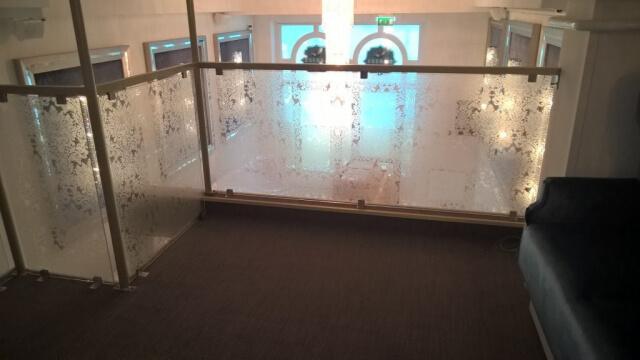 Üvegkorlát, irodafal 18