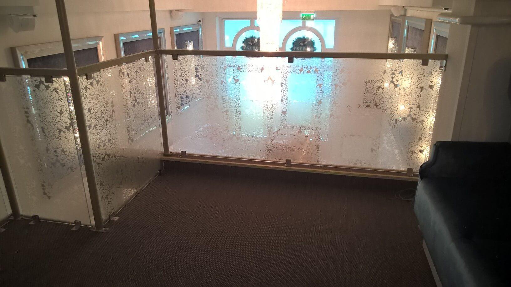 Üvegkorlát, irodafal 39