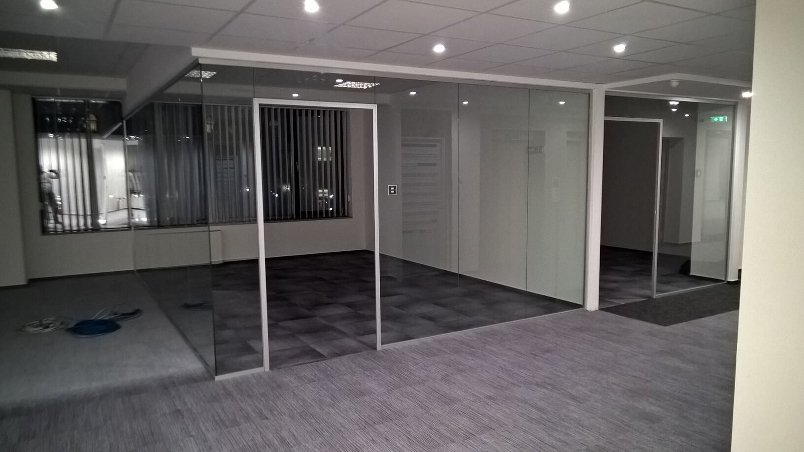 Üvegkorlát, irodafal 42